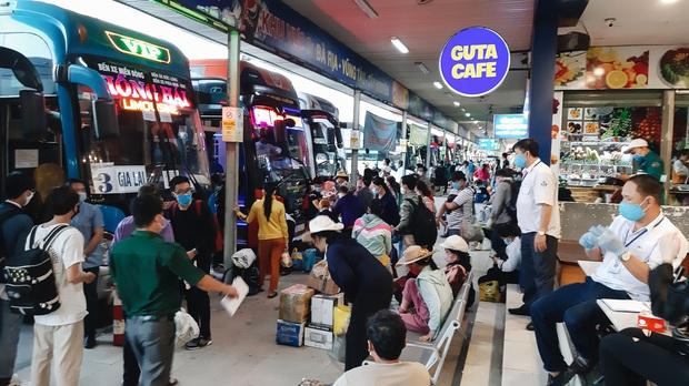 Ảnh: Người dân ùn ùn đổ ra bến xe Miền Đông, rời Sài Gòn về quê trước giờ áp dụng biện pháp hạn chế di chuyển để trách dịch - Ảnh 4.