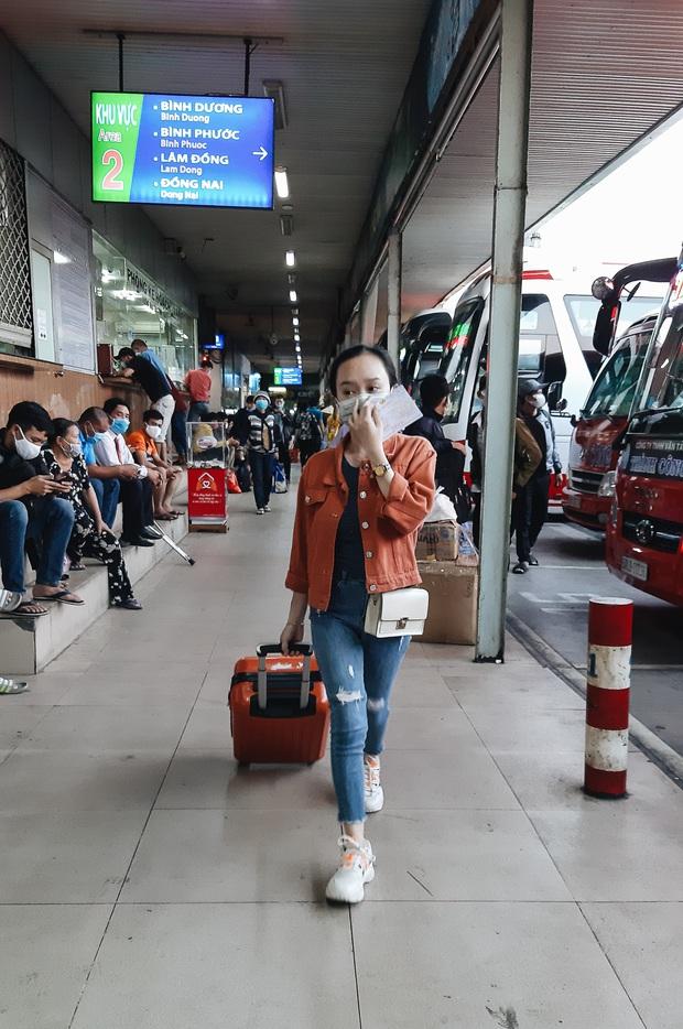 Ảnh: Người dân ùn ùn đổ ra bến xe Miền Đông, rời Sài Gòn về quê trước giờ áp dụng biện pháp hạn chế di chuyển để trách dịch - Ảnh 6.