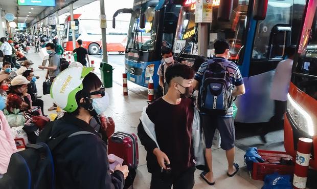 Ảnh: Người dân ùn ùn đổ ra bến xe Miền Đông, rời Sài Gòn về quê trước giờ áp dụng biện pháp hạn chế di chuyển để trách dịch - Ảnh 7.