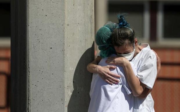 Bloomberg: Bệnh viện quá tải vì Covid-19, bác sĩ Tây Ban Nha buộc phải chọn cho bệnh nhân nào chết - Ảnh 1.