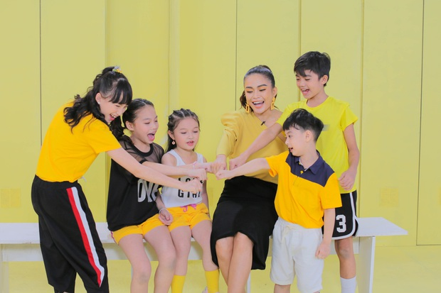 Xinh đẹp, có tâm và công bằng, Mâu Thủy lột xác ấn tượng khi làm cô giáo tại Model Kid Vietnam - Ảnh 1.
