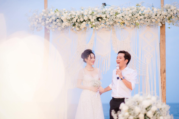 Trường Giang - Nhã Phương cuối cùng cũng tung trọn bộ ảnh đẹp trong lễ đính hôn bí mật tại bãi biển hơn 1 năm trước  - Ảnh 2.
