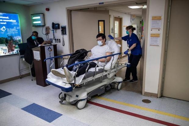 Bệnh viện ở New York bật chế độ thảm họa, bác sĩ thành bệnh nhân Covid-19 - Ảnh 2.