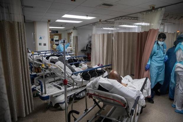 Bệnh viện ở New York bật chế độ thảm họa, bác sĩ thành bệnh nhân Covid-19 - Ảnh 5.