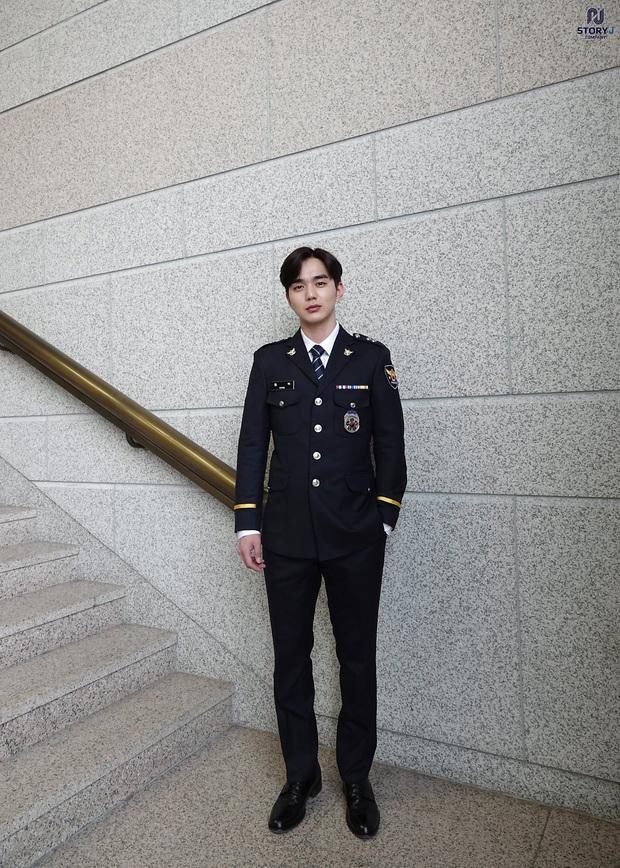 Tiểu So Ji Sub Yoo Seung Ho leo top tìm kiếm Naver vì bộ ảnh hậu trường mới: Tăng cân xong còn soái, ngầu hơn mới lạ! - Ảnh 3.