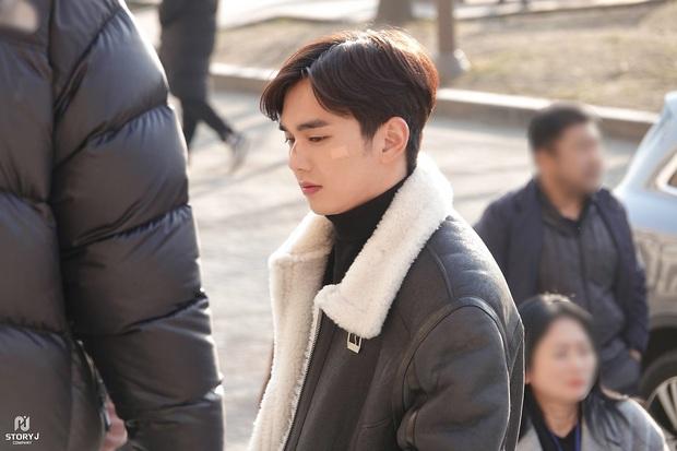 Tiểu So Ji Sub Yoo Seung Ho leo top tìm kiếm Naver vì bộ ảnh hậu trường mới: Tăng cân xong còn soái, ngầu hơn mới lạ! - Ảnh 10.