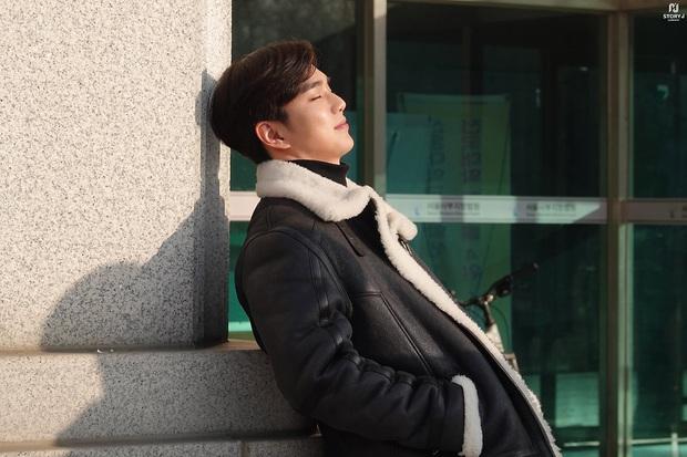 Tiểu So Ji Sub Yoo Seung Ho leo top tìm kiếm Naver vì bộ ảnh hậu trường mới: Tăng cân xong còn soái, ngầu hơn mới lạ! - Ảnh 11.