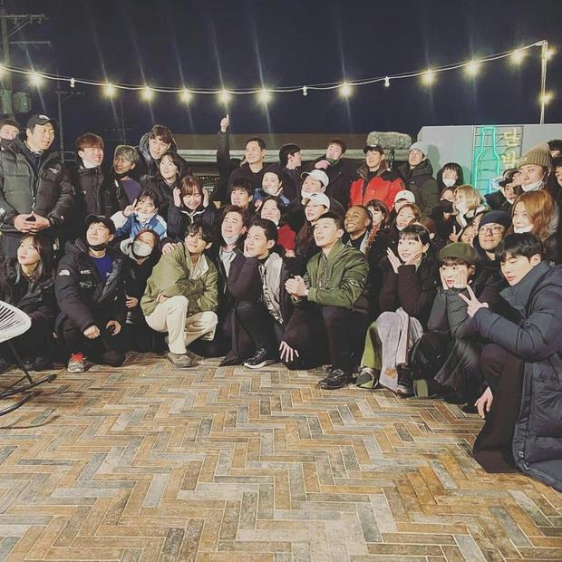 """Đến phim trường """"Itaewon Class"""" thăm đàn anh Park Seo Joon, mỹ nam BTS gây náo loạn với ảnh hậu trường không makeup - Ảnh 2."""
