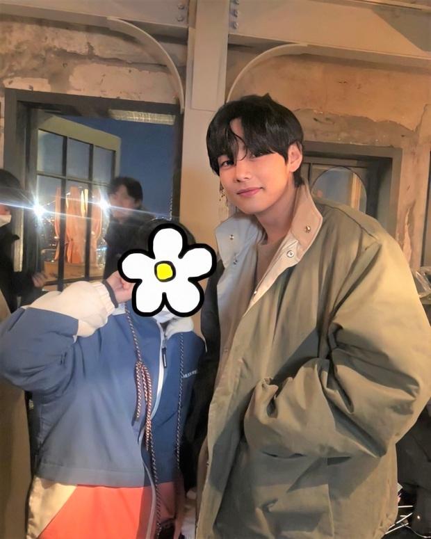 """Đến phim trường """"Itaewon Class"""" thăm đàn anh Park Seo Joon, mỹ nam BTS gây náo loạn với ảnh hậu trường không makeup - Ảnh 1."""