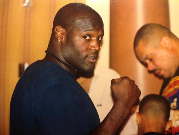 Bi kịch của võ sĩ quyền Anh bị Mike Tyson hạ gục sau 49 giây: cướp ngân hàng, bắn cảnh sát và sẽ chết trong tù với bản án 160 năm giam giữ - Ảnh 2.