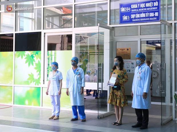 Nữ nhân viên ĐMX và 2 bệnh nhân người Anh mắc Covid-19 ở Đà Nẵng đã xuất viện, Việt Nam chữa khỏi 20 ca - Ảnh 1.