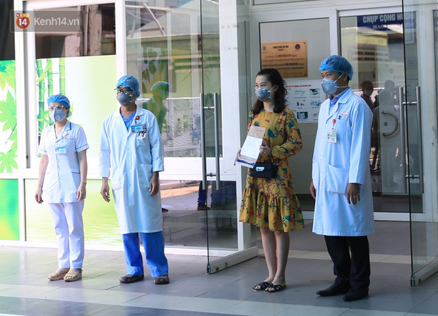 Các bác sĩ điều trị khỏi cho 3 bệnh nhân Covid-19 ở Đà Nẵng: Hơn 20 ngày chưa được về nhà - Ảnh 2.
