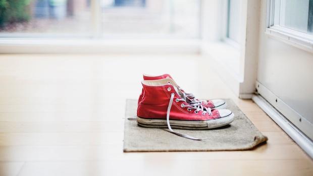 Virus SARS-CoV-2 có thể bám vào giày dép và lây nhiễm cho những người xung quanh hay không? - Ảnh 4.