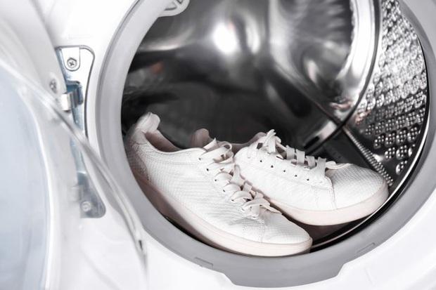 Virus SARS-CoV-2 có thể bám vào giày dép và lây nhiễm cho những người xung quanh hay không? - Ảnh 3.