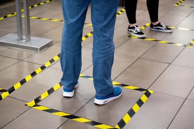 Virus SARS-CoV-2 có thể bám vào giày dép và lây nhiễm cho những người xung quanh hay không? - Ảnh 2.