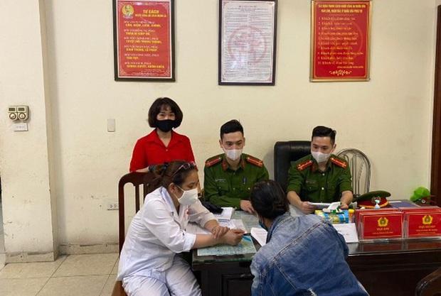 Trường hợp đầu tiên tại Hà Nội bị phạt vì không đeo khẩu trang - Ảnh 1.
