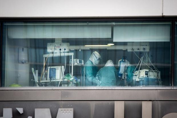 Bloomberg: Bệnh viện quá tải vì Covid-19, bác sĩ Tây Ban Nha buộc phải chọn cho bệnh nhân nào chết - Ảnh 2.