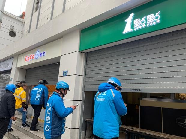 Mở cửa lại sau thời gian ngừng hoạt động, các tiệm trà sữa ở Vũ Hán hú hồn vì số người mua trà sữa tăng gấp 8 lần - Ảnh 4.