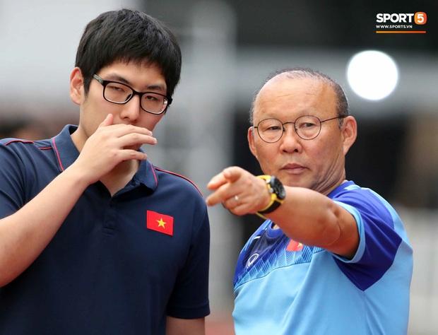 HLV Park Hang-seo chia tay trợ lý ngôn ngữ Hàn Quốc thứ 3 - Ảnh 1.