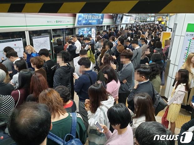 Nữ thần Hậu duệ mặt trời Kim Ji Won gây xôn xao ga tàu xứ Hàn, khiến hành khách bật khóc vì lời chia sẻ về Covid-19 - Ảnh 5.