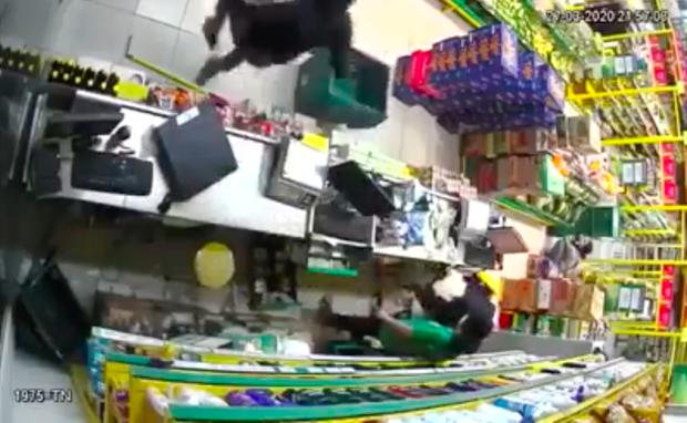 Clip: Hai thanh niên nghi dùng súng, xông vào cửa hàng Bách Hoá Xanh ở Sài Gòn cướp tài sản - Ảnh 1.