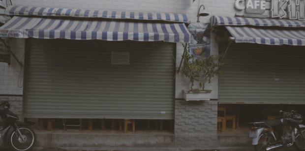 Bất chấp dịch Covid-19, nhiều hàng quán ở Sài Gòn vẫn mở cửa kinh doanh: Từ việc đóng cửa trước mở cửa bên đến việc... tắt đèn đón khách - Ảnh 2.