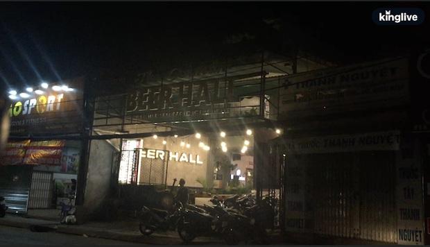 Bất chấp dịch Covid-19, nhiều hàng quán ở Sài Gòn vẫn mở cửa kinh doanh: Từ việc đóng cửa trước mở cửa bên đến việc... tắt đèn đón khách - Ảnh 3.