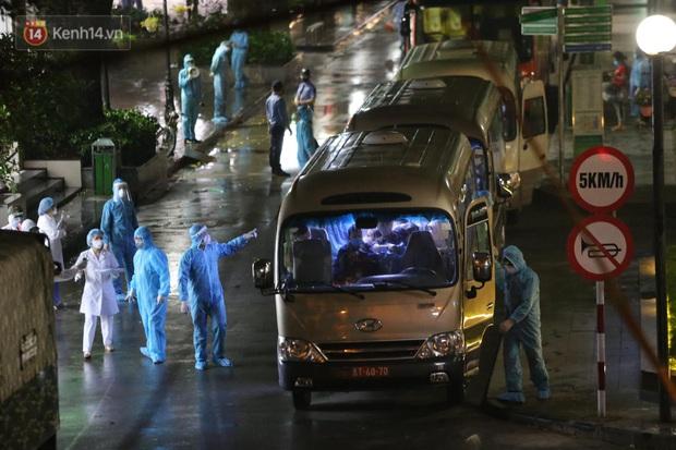 Ảnh: 10 xe của Binh chủng Hóa học tiêu độc toàn bộ không gian BV Bạch Mai, vận chuyển 600 người nhà bệnh nhân đi cách ly tập trung - Ảnh 9.