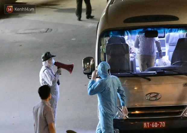 Ảnh: 10 xe của Binh chủng Hóa học tiêu độc toàn bộ không gian BV Bạch Mai, vận chuyển 600 người nhà bệnh nhân đi cách ly tập trung - Ảnh 10.