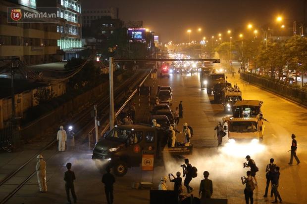 Ảnh: 10 xe của Binh chủng Hóa học tiêu độc toàn bộ không gian BV Bạch Mai, vận chuyển 600 người nhà bệnh nhân đi cách ly tập trung - Ảnh 2.