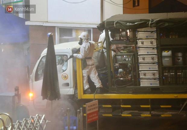 Ảnh: 10 xe của Binh chủng Hóa học tiêu độc toàn bộ không gian BV Bạch Mai, vận chuyển 600 người nhà bệnh nhân đi cách ly tập trung - Ảnh 7.