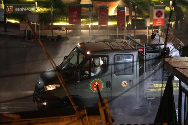 Ảnh: 10 xe của Binh chủng Hóa học tiêu độc toàn bộ không gian BV Bạch Mai, vận chuyển 600 người nhà bệnh nhân đi cách ly tập trung - Ảnh 5.