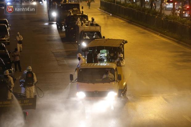 Ảnh: 10 xe của Binh chủng Hóa học tiêu độc toàn bộ không gian BV Bạch Mai, vận chuyển 600 người nhà bệnh nhân đi cách ly tập trung - Ảnh 3.