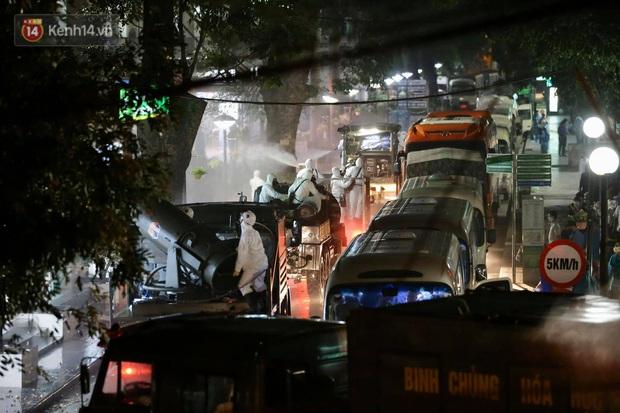 Ảnh: 10 xe của Binh chủng Hóa học tiêu độc toàn bộ không gian BV Bạch Mai, vận chuyển 600 người nhà bệnh nhân đi cách ly tập trung - Ảnh 8.