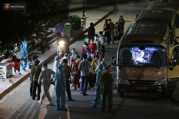 Ảnh: Đoàn xe vận chuyển 600 người nhà bệnh nhân Bạch Mai đến khu cách ly tập trung - Ảnh 3.