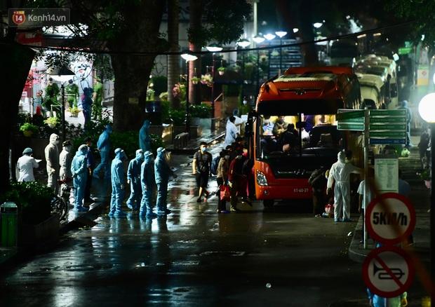 Ảnh: Đoàn xe vận chuyển 600 người nhà bệnh nhân Bạch Mai đến khu cách ly tập trung - Ảnh 5.