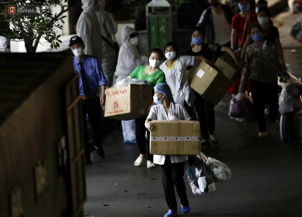 Ảnh: Đoàn xe vận chuyển 600 người nhà bệnh nhân Bạch Mai đến khu cách ly tập trung - Ảnh 6.