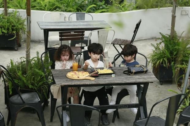 3 nhóc tì Cam, Xoài, Đậu dễ thương đến phát hờn khi trốn bố mẹ rủ nhau đi ăn pizza - Ảnh 1.