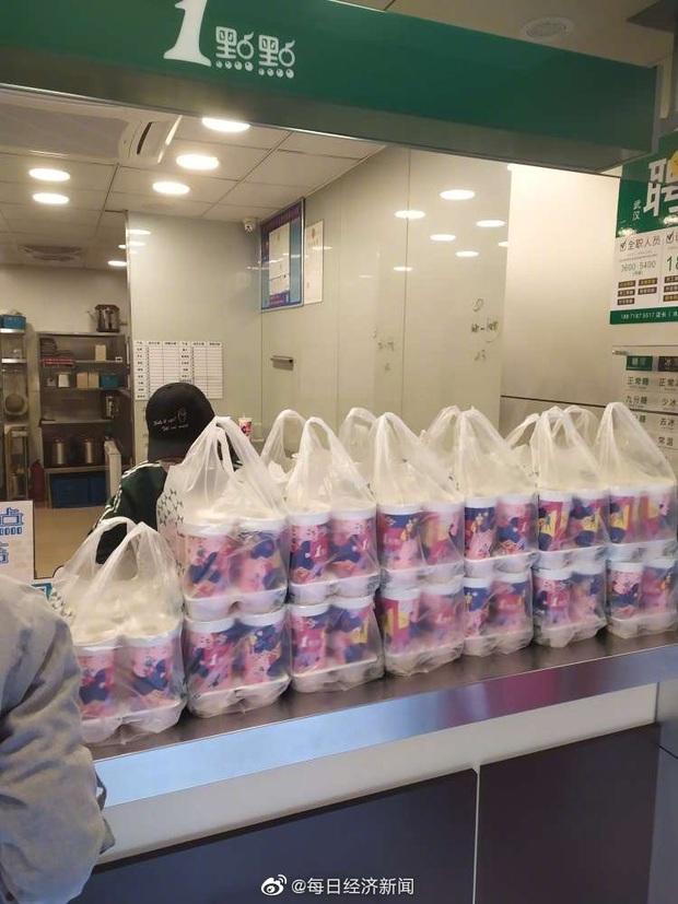Mở cửa lại sau thời gian ngừng hoạt động, các tiệm trà sữa ở Vũ Hán hú hồn vì số người mua trà sữa tăng gấp 8 lần - Ảnh 3.