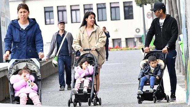 Bạn gái của Ronaldo hứng chỉ trích vì cho các con ra đường hóng gió, không đeo khẩu trang giữa mùa dịch Covid-19 - Ảnh 1.