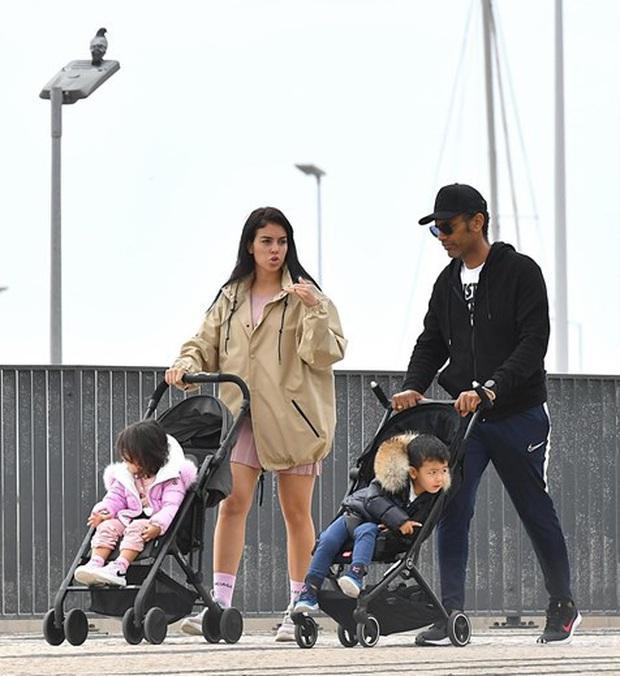 Bạn gái của Ronaldo hứng chỉ trích vì cho các con ra đường hóng gió, không đeo khẩu trang giữa mùa dịch Covid-19 - Ảnh 4.