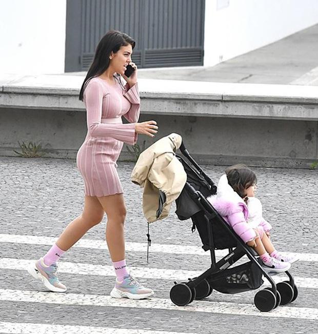 Bạn gái của Ronaldo hứng chỉ trích vì cho các con ra đường hóng gió, không đeo khẩu trang giữa mùa dịch Covid-19 - Ảnh 3.
