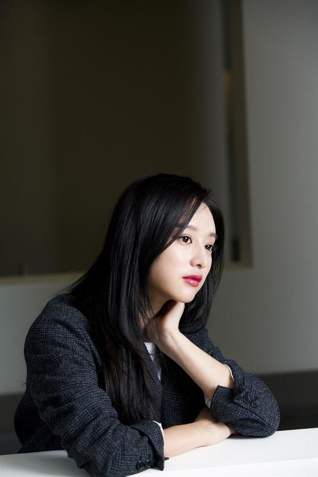 Nữ thần Hậu duệ mặt trời Kim Ji Won gây xôn xao ga tàu xứ Hàn, khiến hành khách bật khóc vì lời chia sẻ về Covid-19 - Ảnh 6.