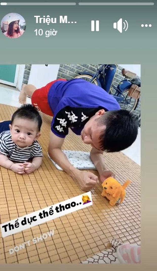 Ở nhà rảnh rỗi, tuyển thủ Việt Nam tranh thủ dạy con trai... tập plank cực đáng yêu: Có khác gì bố con nhà Ronaldo đâu - Ảnh 1.