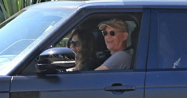 Vợ chồng Tom Hanks bị bắt gặp tươi cười lái xe ra đường sau điều trị Covid-19 - Ảnh 2.