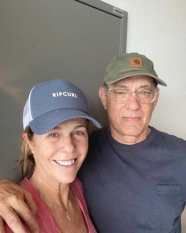 Vợ chồng Tom Hanks bị bắt gặp tươi cười lái xe ra đường sau điều trị Covid-19 - Ảnh 3.