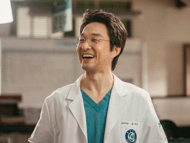 Chết cười với cameo bất đắc dĩ ở Hospital Playlist: Từ sư phụ Kim ở Người Thầy Y Đức tới bác sĩ bị ví như Thanos, ai chơi lại? - Ảnh 8.