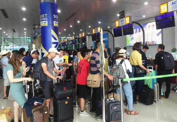 Làm thủ tục tại sân bay, khách phải giữ khoảng cách tối thiếu 2 mét - Ảnh 1.