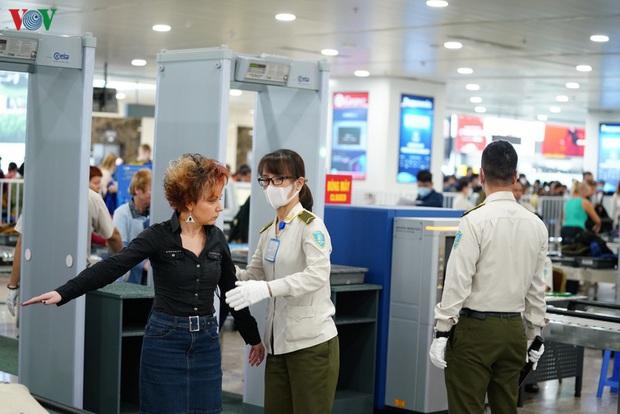 Làm thủ tục tại sân bay, khách phải giữ khoảng cách tối thiếu 2 mét - Ảnh 2.