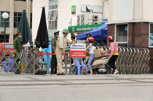Chùm ảnh: Người dân mang đồ ăn, lương thực tiếp tế cho người nhà sau khi bệnh viện Bạch Mai nội bất xuất, ngoại bất nhập - Ảnh 2.